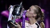 Petra Kvitova hôn chiếc cúp vô địch St.Petersbourg Ladies' Trophy