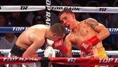 Oscar Valdez (phải) đổ khá nhiều máu để đánh bại Scott Quigg
