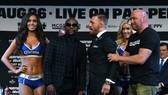 Dana White (ngoài cùng bên phải) trong buổi họp báo trước trận Mayweather - McGregor
