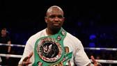 Dillian Whyte khoe đai vô địch WBC (Silver)