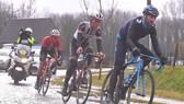 Các tay đua thi đấu ở Ám ảnh với đường đua Dwars door Vlaanderen trong điều kiện khủng khiếp
