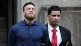 Conor McGregor bị cảnh sát còng tay áp giải khỏi đồn