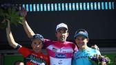Niềm vui chiến thắng của Thibaut Pinot (giữa)