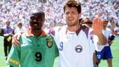 Oleg Salenko (phải) và Roger Milla sau trận đấu đáng nhớ hồi năm 1994