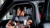 """AJ ngồi trong chiếc xe """"cục cưng"""""""