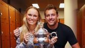 Caroline Wozniacki và David Lee với chiếc cúp vô địch Australian Open 2018