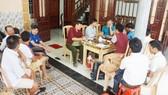 Gia đình, chính quyền và hàng xóm ngóng chờ thông tin về tàu cá tại nhà thuyền trưởng Nguyễn Văn Tuy. Ảnh: N.D