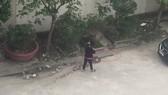 Một phụ nữ bị phạt hành chính do vứt rác xuống cống thoát nước
