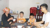 Bữa cơm của gia đình anh Văn thường đạm bạc, không đủ chất.