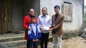 Báo Sài Gòn Giải Phóng trao quà cho 2 chị em nghèo học giỏi tại Nghệ An