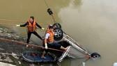 Taxi lao xuống sông, 1 người chết, 1 người mất tích