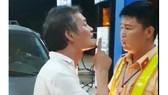 Tát cảnh sát giao thông, tài xế xe biển xanh bị phạt 2,5 triệu đồng
