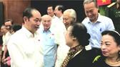 國家主席陳大光與選民交談。