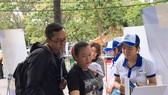遊客參觀順捷旅行社的展位。
