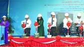 市委副書記武氏蓉(左一)按鈴正式啟動工 程奠基儀式。