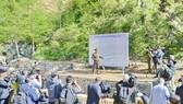 朝方人士向各國記者團介紹核試驗場拆除方式。