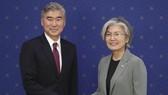 6月1日下午,在首爾外交部大樓,韓國外長康京和(右)和美國駐菲律賓大使金成握手合影。(韓聯社)