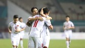 越南球員進球後擁抱在一起慶祝。