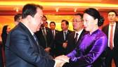 國會主席阮氏金銀與韓國企業家交談。