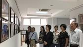 劉金華主席與各華人代表參觀圖片展。