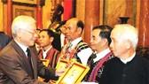 總書記、國家主席阮富仲向各村老、村長 贈送紀念品。