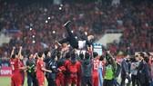 越南球隊慶賀勝利。