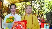 龍華寺住持釋慧功上座祝賀茶山慶雲南 院周華邦以 1 億 9000 萬元投得 2 棵梅花。