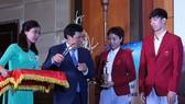 阮玉善部長向各運動員頒發獎項。