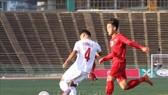 越南球員(深色衣)與菲律賓球員在比賽中。