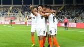 """""""Siêu tiền đạo"""" Sunil Chhetri ăn mừng cùng các đồng đội sau khi ghi bàn"""