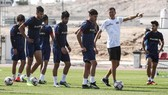 HLV Katanec đang chỉ đạo các cầu thủ Iraq trong một buổi tập mới nhất