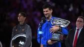 Novak Djokovic và chiếc cúp vô địch Australian Open 2019