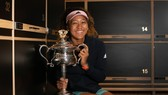 Naomi Osaka và chiếc cúp vô địch Australian Open 2019
