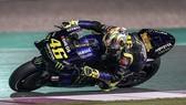 Valentino Rossi đang vào cua cùng với chiếc YZR-M1 trên đường đua tại Qatar