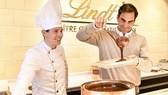 Roger Federer dành thời gian nghỉ ngơi thăm một cửa hàng chocolate của Lindt, nhãn hàng mà anh làm Đại sứ thương hiệu
