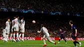 Messi thực hiện cú sút phạt hàng rào thành bàn ngoạn mục