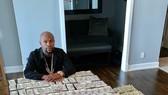 """""""Money"""" Mayweather khoe 2 triệu USD tiền mặt trên bàn"""