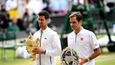 Djokovic và Federer trên bục nhận giải thưởng ở chung kết Wimbledon 2019