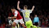 Alexis Sanchez (Arsenal) đi bóng qua Matthias Lehmann (Cologne). Ảnh: Getty Imahes.