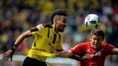 Aubameyang (trái) trong trận thắng Cplogne. Ảnh: Getty Images