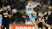 Ciro Immobile (Lazio) tung cú sút trước khung thành Napoli mùa trước. Ảnh: Getty Images.