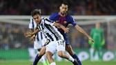 Paulo Dybala (Juventus) đi bóng trước Sergio Busquets (Barcelona). Anh: Getty Images.