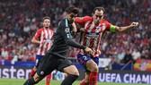 Alvaro Morata (trái, Chelsea) đi bóng qua Diego Godin (Atletico Madrid). Anh: Getty Images.