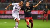 Rodrigo Palacio (trái, Bologna) sút bóng trước Diego Laxalt (Genoa). Ảnh: Getty Images.