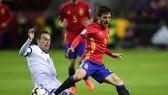 David Silva (phải, Tây Ban Nha) sẽ không đá với Israel vì án treo giò. Ảnh: Getty Images.