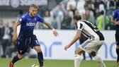Ciro Immobile (trái, Lazio) đi bóng trước Giorgio Chiellini (Juventus). Ảnh Getty Images