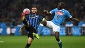 Mauro Icardi (trái, Inter) tâng bóng qua Kalidou Koulibaly (Napoli). Ảnh: Getty Images.