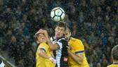 Stipe Perica (giữa, Udinese) trong pha tranh bóng với Medhi Benatia và Giorgio Chiellini (Juventus). Ảnh Getty Images.