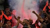 Các fan Lazio quậy phá trên khán đài. Ảnh: Getty Images.