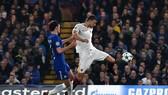 Tiền đạo Edin Dzeko (phải, Roma) ghi bàn thắng tuyệt đẹp ở trận lượt đi. Ảnh: Getty Images.